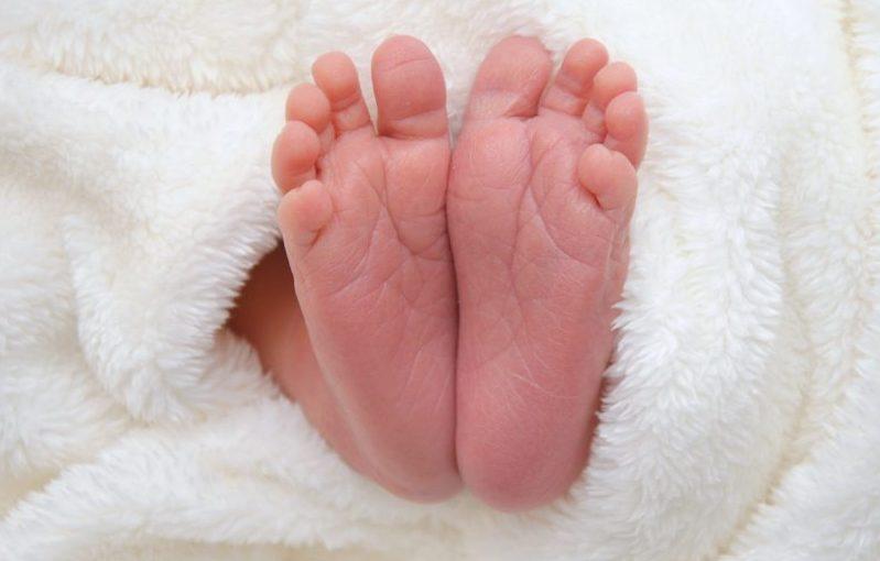Erfüllte Wunsch - Füßchen eines Babys in eine weiche Decke eingewickelt